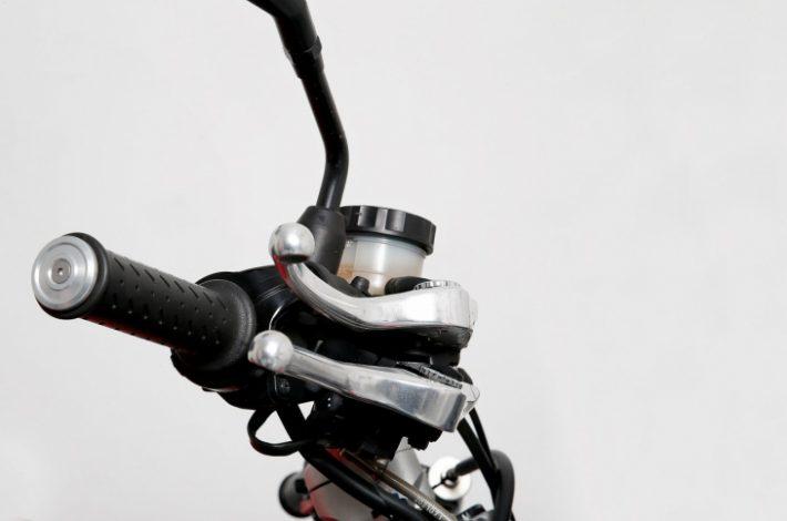 Com regular els comandaments de la teva moto