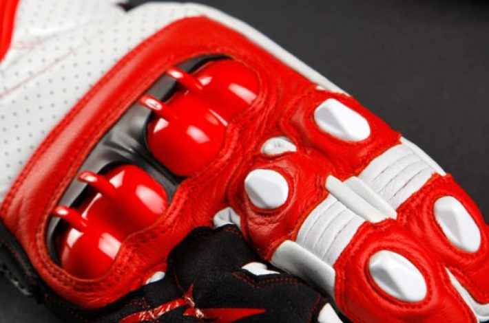 Un 83,3% dels guants de moto no compleixen la normativa de seguretat