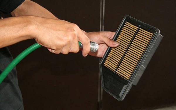 Netejar el filtre d' aire de la moto