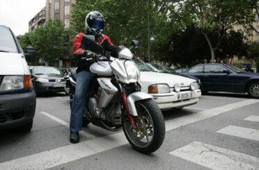 Amb trànsit més lent, menys accidents de moto a ciutat