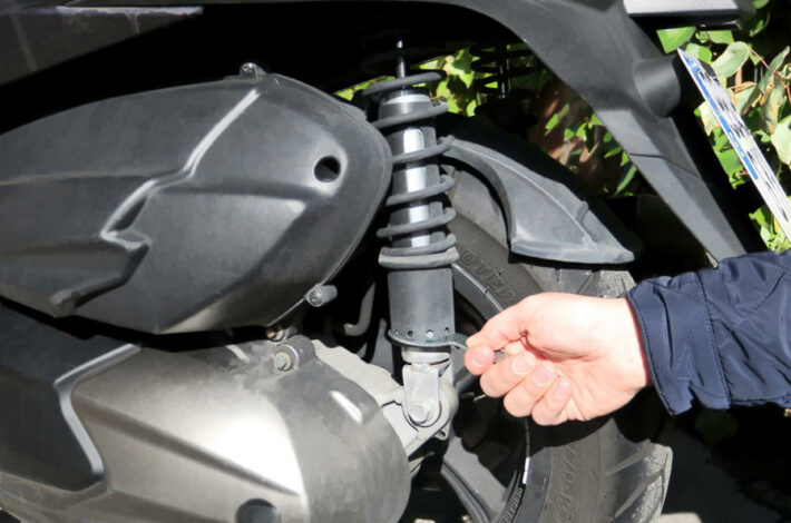 Què és la recollida prèvia de molls de suspensió d'una moto?